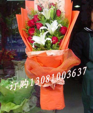 11枝红玫瑰+2枝多头白百合单面花束皱纹纸
